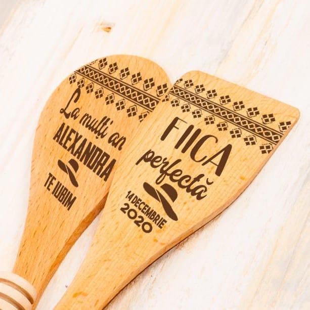 cadouri personalizate linguri de lemn gravate Arta Traditiei