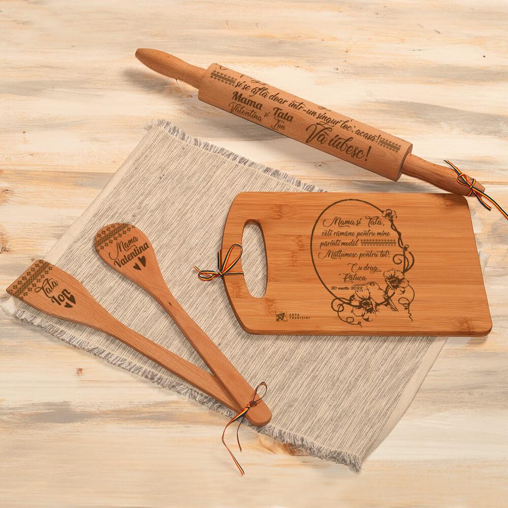 set bucatarie lemn personalizat spatula lingura sucitor tocator parinti