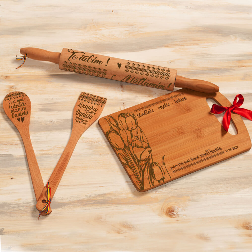 set bucatarie lemn personalizat spatula lingura sucitor tocator mama
