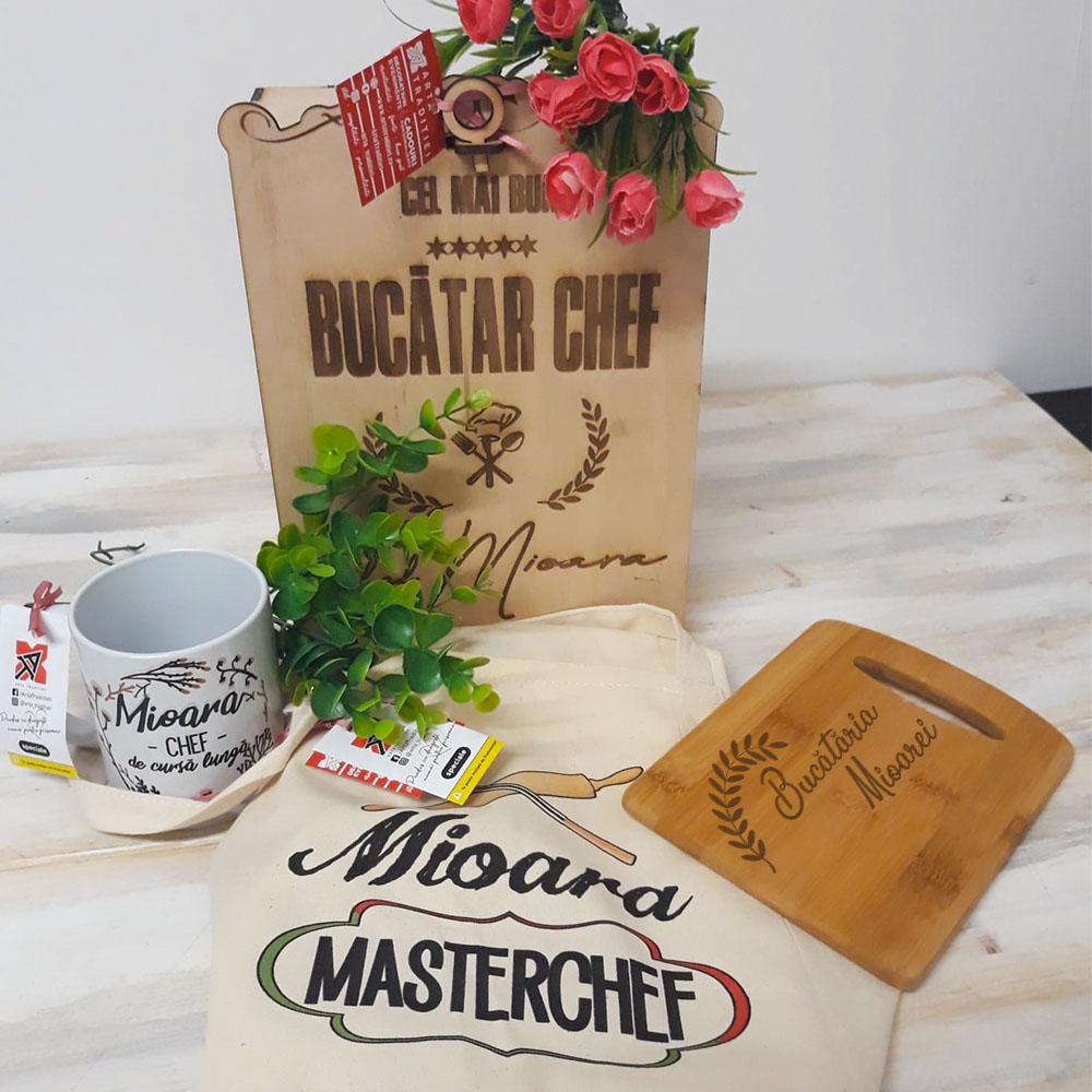 Set cadou pentru BUCĂTAR (șorț, cană, tocător, cutie din lemn)